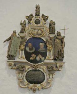 Epitafiet på norra långhusväggen erinrar om kyrkoherre Christian Willemsson, verksam i pastoratet 1645-1666.