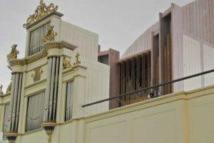 På orgelläktaren återfinns två orgelpipuppsättningar, en från 1872 och en från 1972.